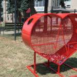 Uroczyste przekazanie serca na plastikowe nakrętki